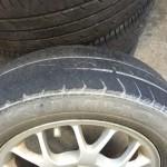 これは危険です!原因は不明ですがタイヤはセパレーションをおこすとここまで変形します。。
