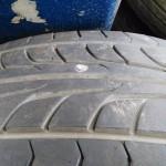 この刺さったネジが原因でタイヤを交換しなければいけなくなる場合があります。